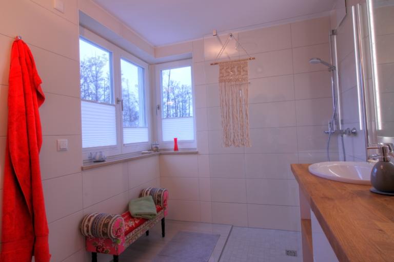 Das Badezimmer im Obergeschoss mit bodengleicher Dusche