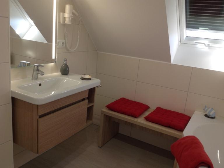 Das Badezimmer im Obergeschoss hat eine Badewanne